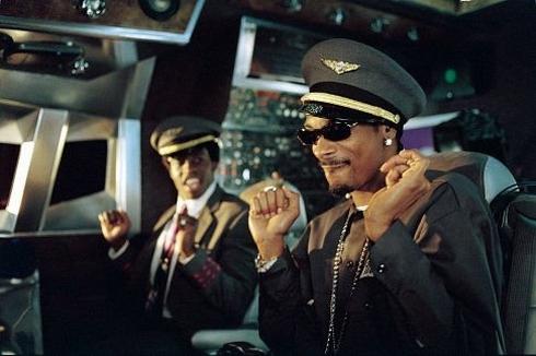 самолетом на шасси с хромированными дисками и крыльями в стразах управлял укуренный Snoop Dogg, а в бизнес классе танцевали вокруг шеста мулатки-стюардессы
